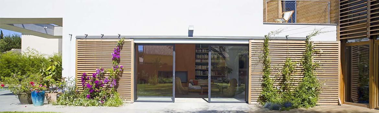 Baie coulissante 2 vantaux dans maison moderne