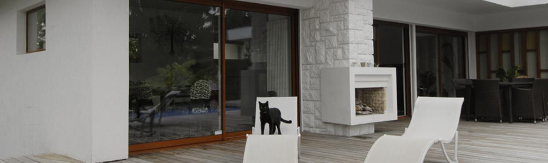 Maison moderne avec des baies vitrées coulissantes imitation bois