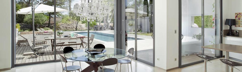 Grandes baies coulissantes, salon terrasse et piscine