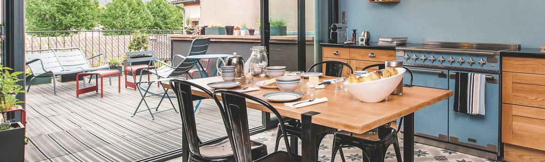 cuisine devant baie vitr e pour profiter des apports de lumi re naturelle. Black Bedroom Furniture Sets. Home Design Ideas
