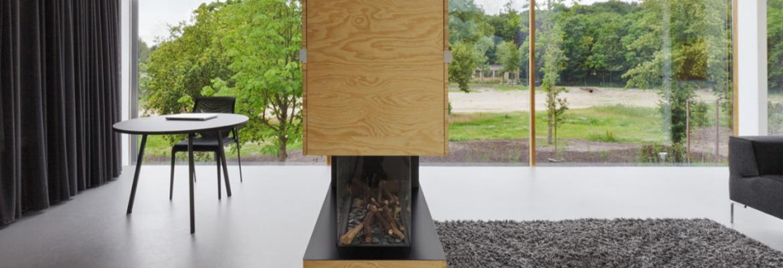 Cheminée devant une baie vitrée coulissante dans maison moderne