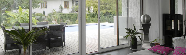 La baie vitrée apporte un maximum de lumière dans le séjour et autres pièces à vivre