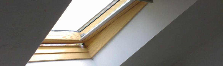 Fenêtre de toit dans une chambre