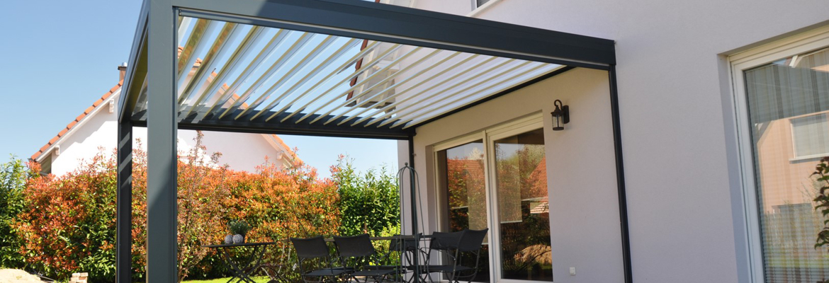maison avec pergola aluminium pour une terrasse en plein soleil. Black Bedroom Furniture Sets. Home Design Ideas