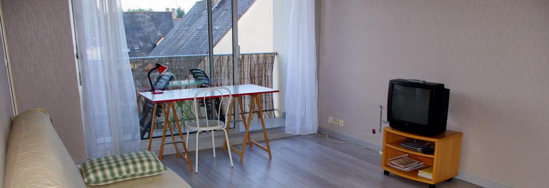 Meuble placé devant une baie vitrée coulissante 2 vantaux en alu