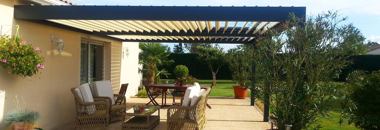 Pergola à lames orientables devant la maison pour installer et protéger le salon de jardin