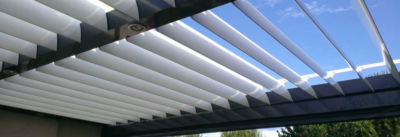 Pergola en aluminium avec lames orientables, structure gris anthracite et lames blanches