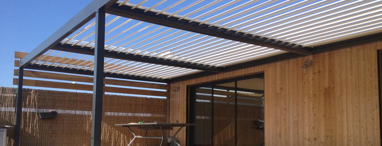 Pergola à lames orientables pour une maison à ossature bois