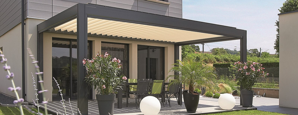 pergola avec terrasse un produit tr s design avec ses lames orientables en aluminium. Black Bedroom Furniture Sets. Home Design Ideas