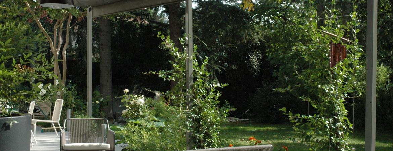 Pergola avec des plantes grimpantes, faire de l'ombre pour le salon de jardin