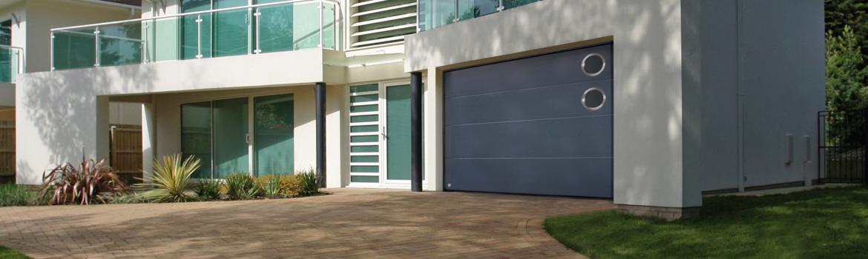 Porte de garage sectionnelle avec 2 hublots sur le côté