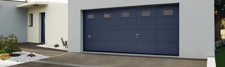 Porte de garage sectionnelle bleue avec portillon et hublots intégrés