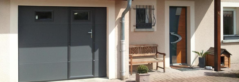 Porte de garage sectionnelle sur mesure avec portillon for Porte garage sur mesure