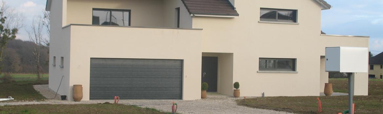 Porte de garage sectionnelle sur mesure pour construction de maison neuve