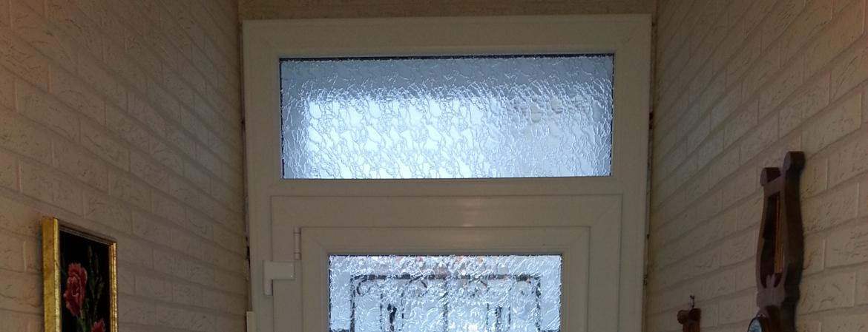 Une imposte au dessus d'une porte ou d'une fenêtre amène un maximum de lumière dans une pièce