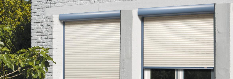 Le confort thermique est amélioré sur les portes-fenêtres en installant des volets roulants en aluminium