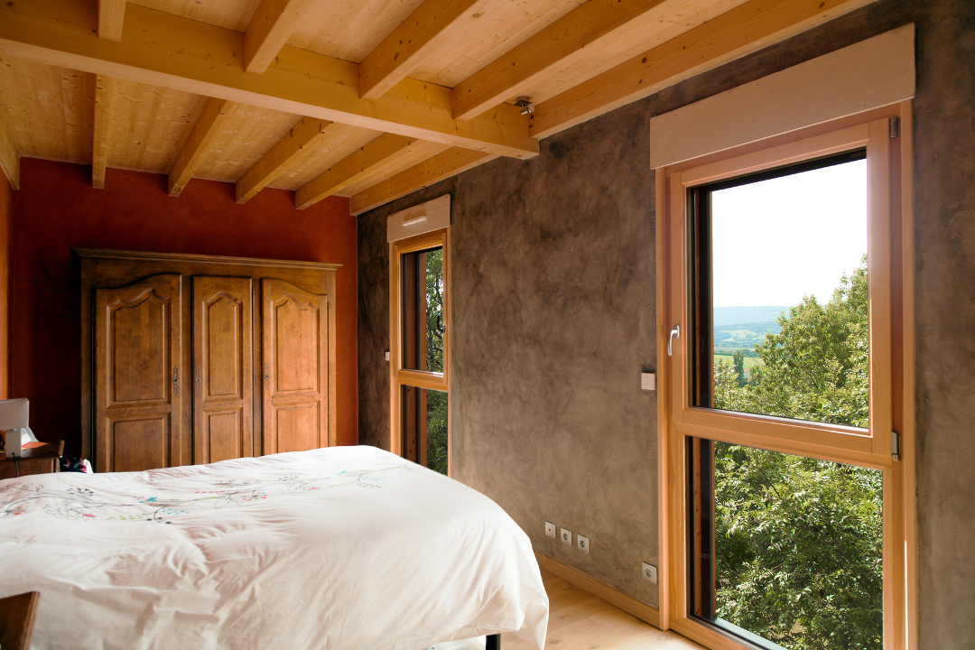 Fenêtres en bois sur mesure dans une chambre