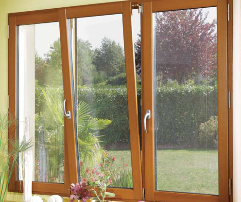 Fenêtres en bois tribles vantaux dans un salon