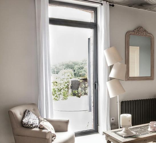 Fenêtre bois sur mesure installée sur une maison rénovée