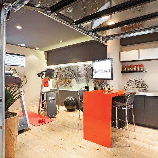 Porte de garage sectionnelle dans une cuisine pour une ambiance industrielle
